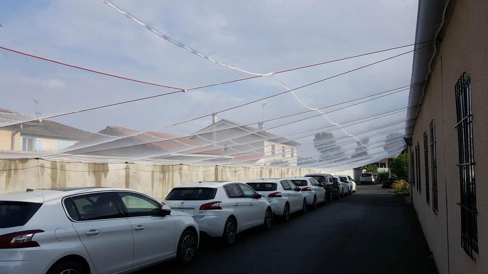 Filet anti-grêle pour protéger un parc automobile concessionnaire
