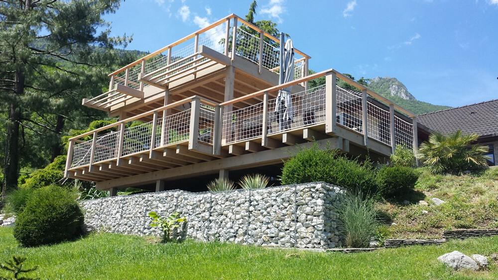 Magnifique terrasse à double niveau avec filet garde-corps