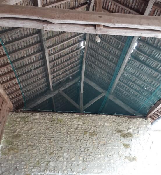 Filet anti poussière et pigeons pour toiture grange