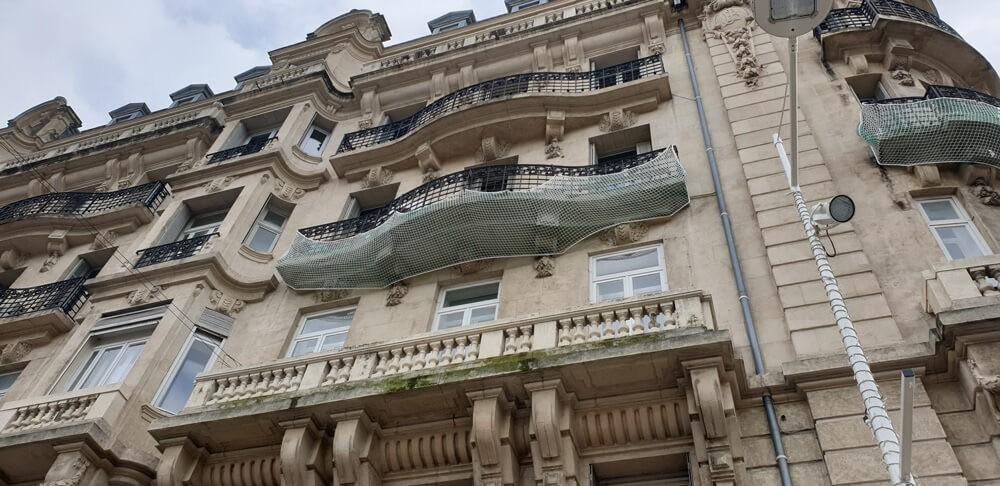 Filet de sécurité anti-chute de pierres pour vieille façade