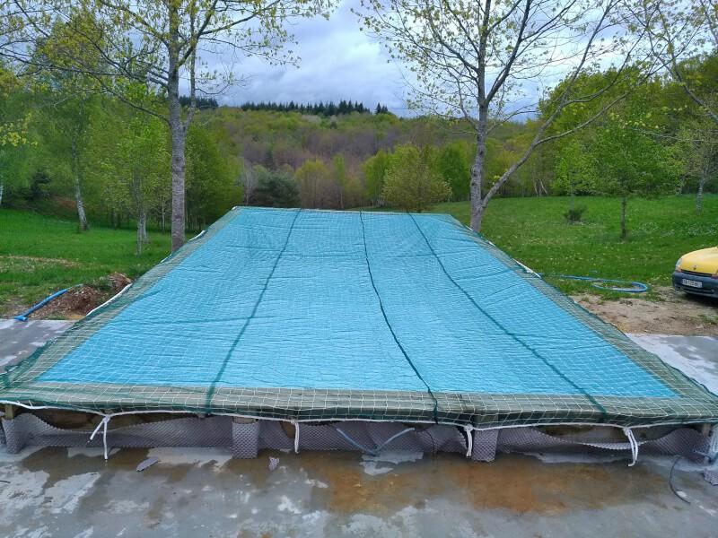Filet de sécurité pour protéger une piscine bâchée
