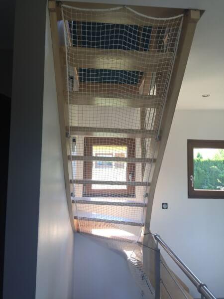 Filet pour sécuriser les marches en dessous d'un escalier