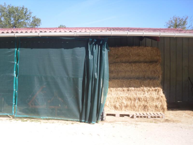 Filet brise-vent effet rideau pour hangar à foin