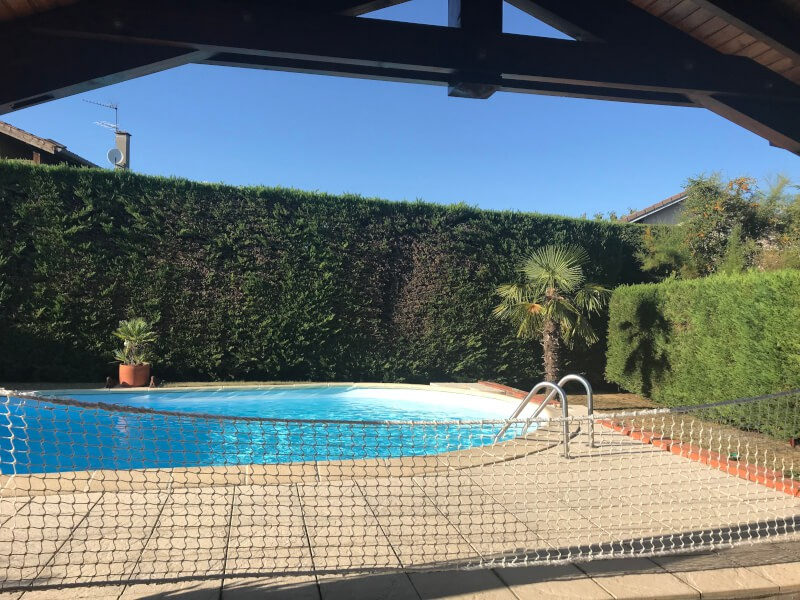 Protéger l'accès à une piscine avec un filet de sécurité
