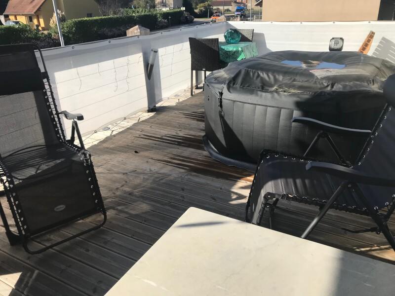 Filet brise-vue blanc pour spa sur terrasse