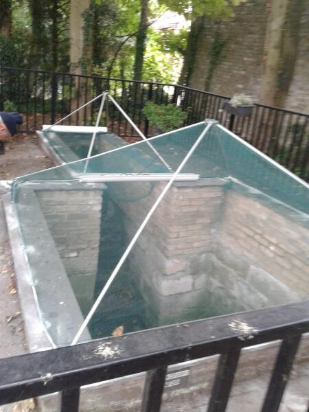Filet anti-feuilles pour toiture pyramidale