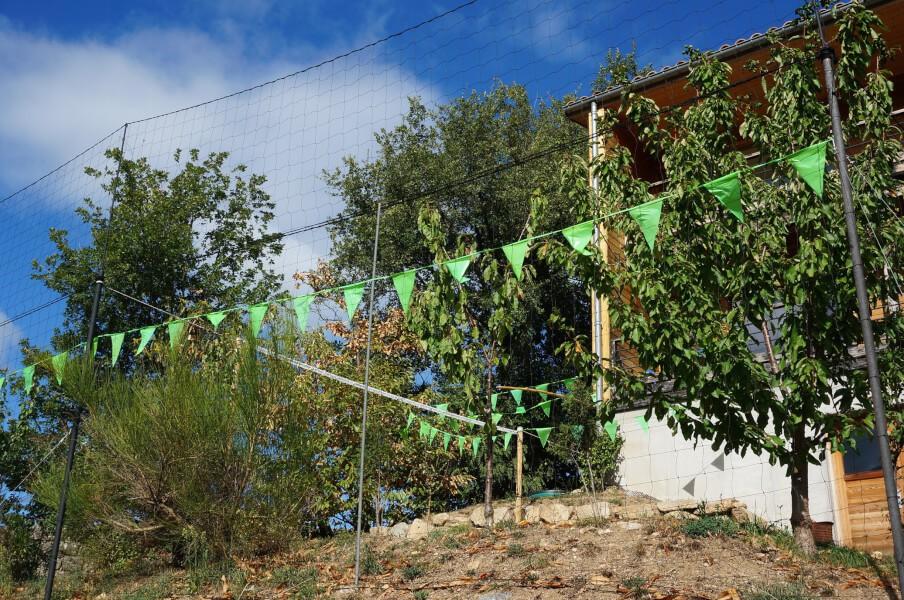 Filet pare-ballons pour jardin en pente