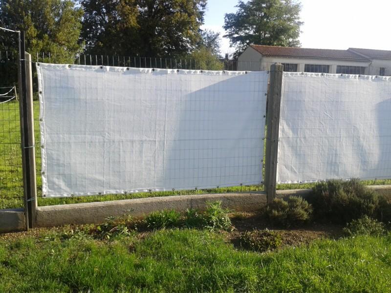 Filet brise-vue blanc pour protéger une terrasse
