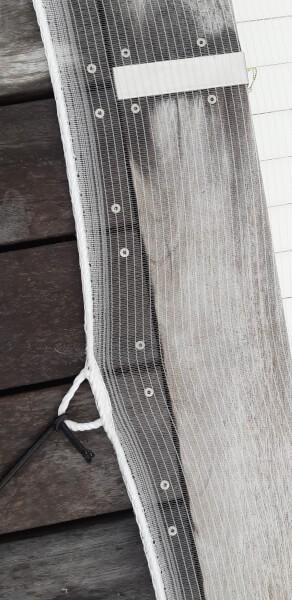 Fixer un filet anti-feuilles avec du sandow autour d'une piscine