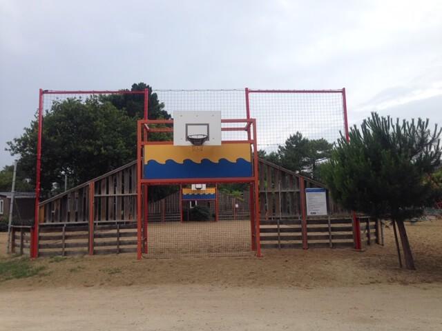 Filet pare-ballons pour stade de foot dans un camping