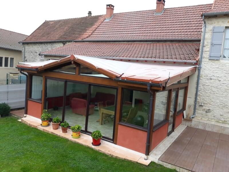 Filet anti-grêle installé sur le toit d'une véranda