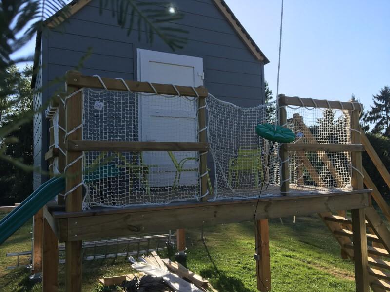 Filets de protection installés aux abords d'une cabane d'enfants