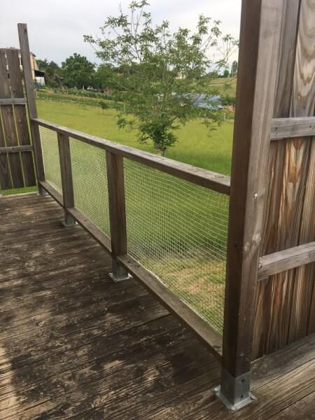 Filet de protection enfants sur garde corps terrasse en bois