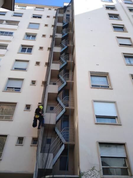 Pose d'un filet anti-oiseaux sur un immeuble
