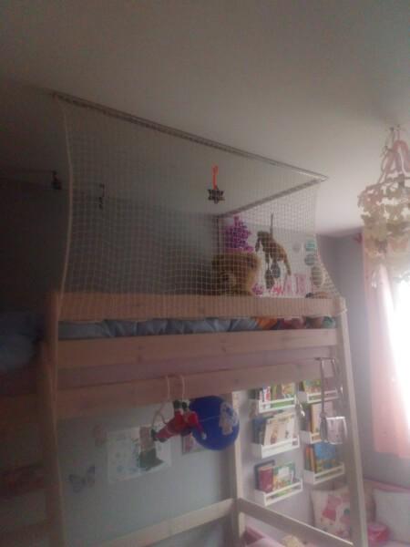 Sécuriser un lit mezzanine avec un filet de protection enfants