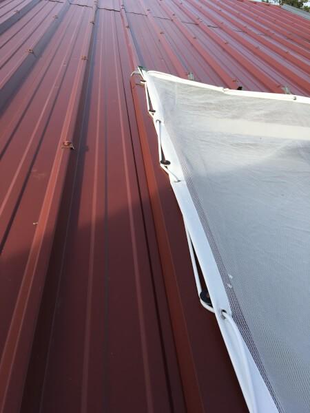 Filet anti-feuilles sur toiture de verranda