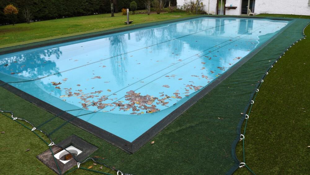 Filet anti feuilles posé sur une piscine