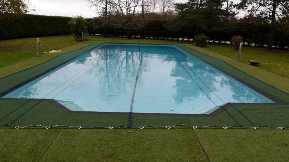 Protéger sa piscine avec un filet anti-feuilles
