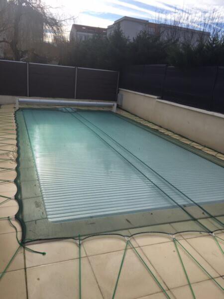 Filet anti-feuilles installé sur une piscine avec du Sandow
