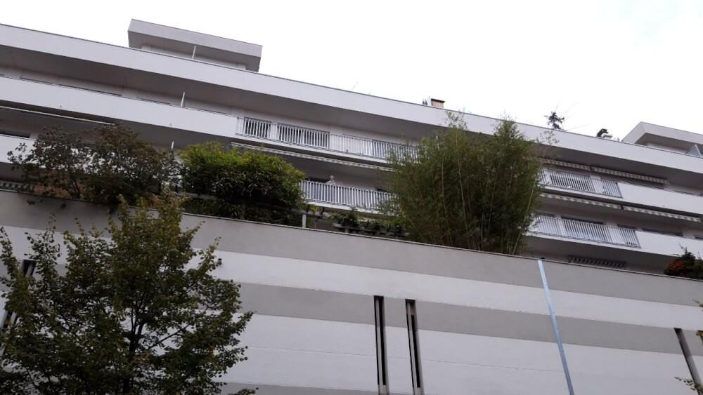 Filet brise vue gris sur balcon immeuble