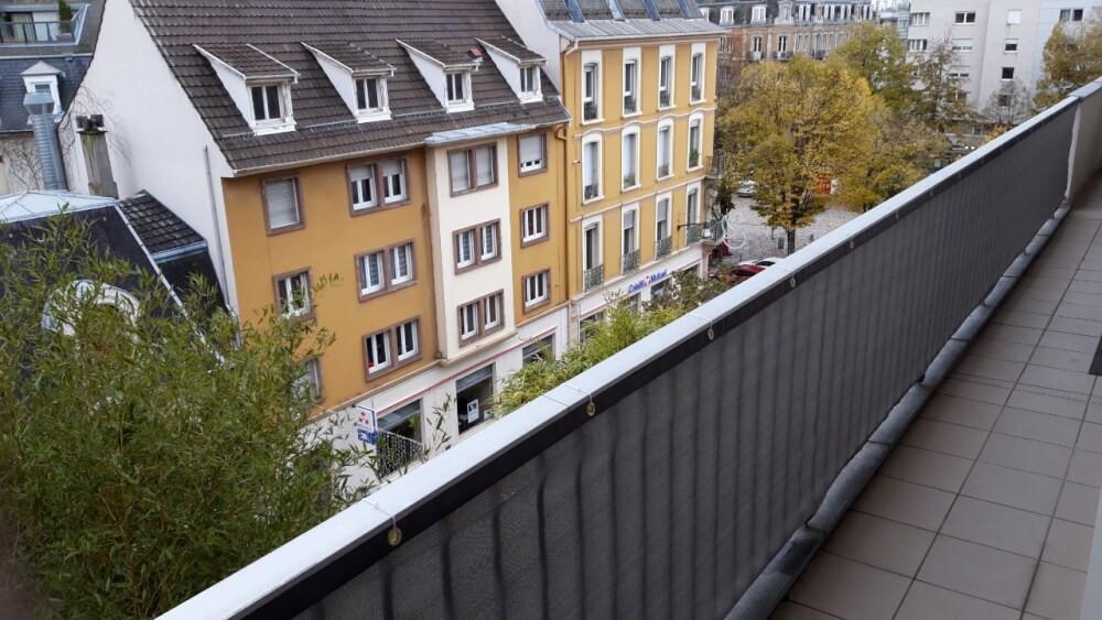 Filet brise vue gris installé sur un balcon