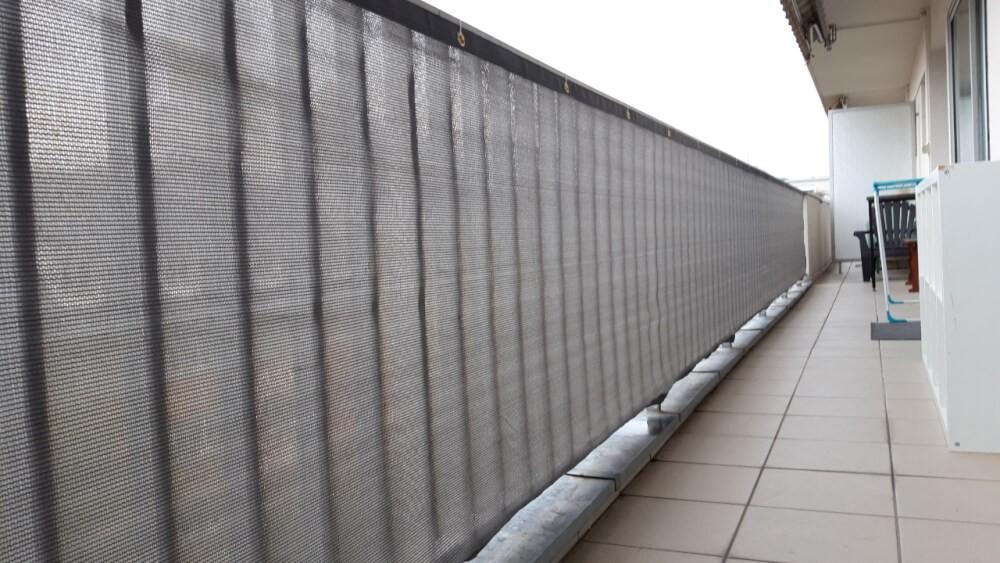 Filet brise vue gris sur balcon