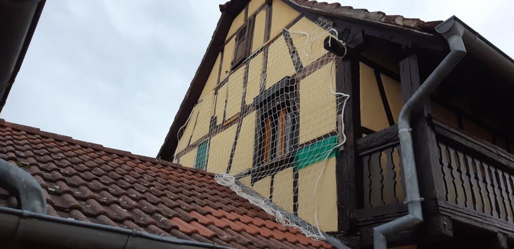 Filet de protection contre les chutes de crépi en façade