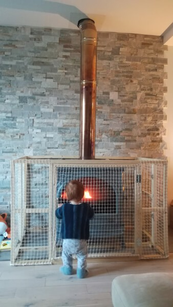 Structure en filet pour protection poêle à bois