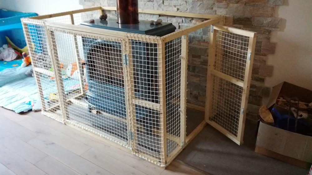 Structure en filet pour protection enfants poêle à bois
