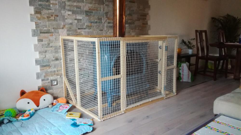 Protection d'un poêle à bois avec un filet de sécurité pour enfant