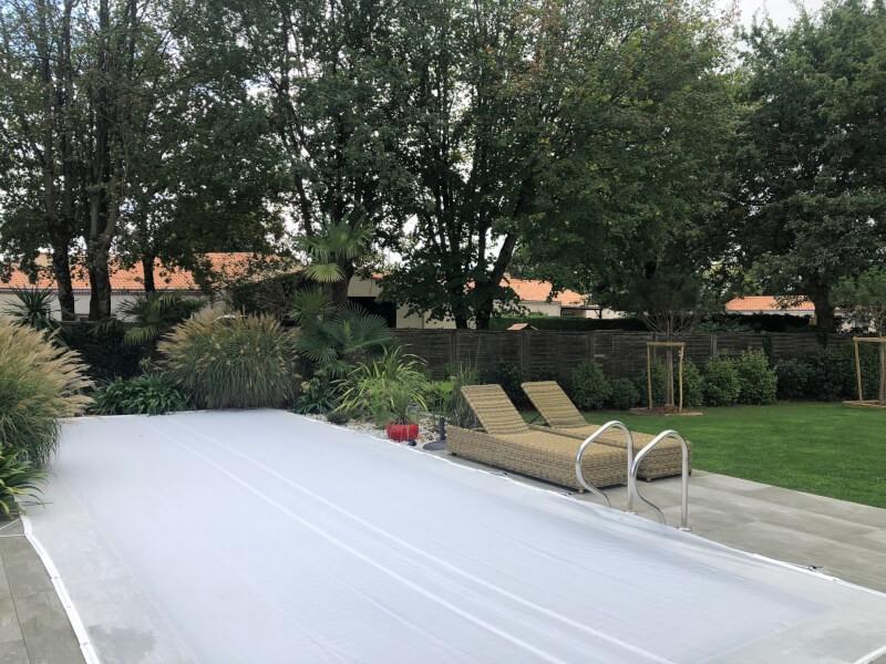 Protéger sa piscine des feuilles en hiver avec un filet anti-feuilles