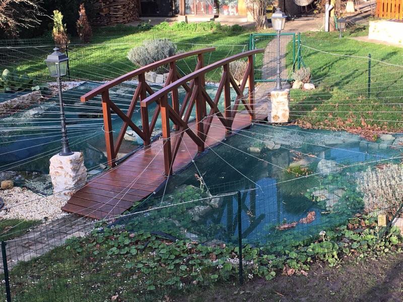 Filet anti-feuilles discret pour bassin de jardin