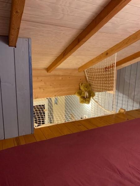 Mezzanine sous vide sécurisée par un filet anti-chute