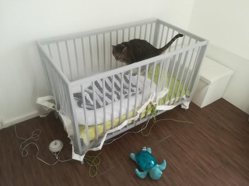Filet pour sécuriser un berceau bébé pour empêcher les chats d'y dormir