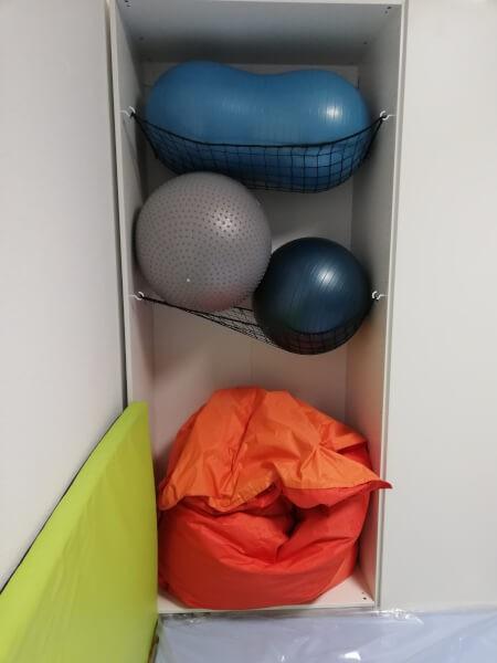 Utiliser des filets pare-ballons pour aménager des étagères