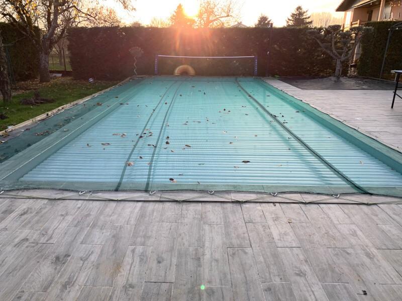 Poser un filet sur une piscine pour retenir les feuilles et saletés
