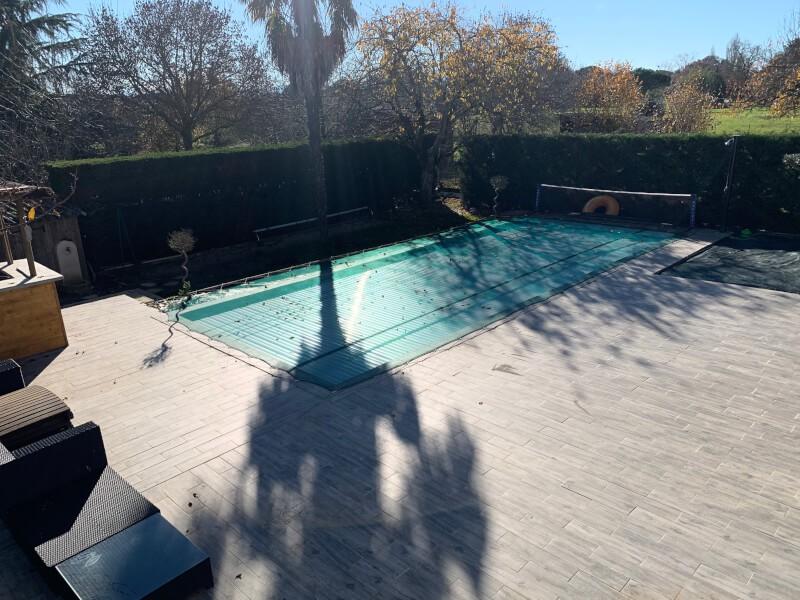 Filet anti-feuilles installé sur une piscine