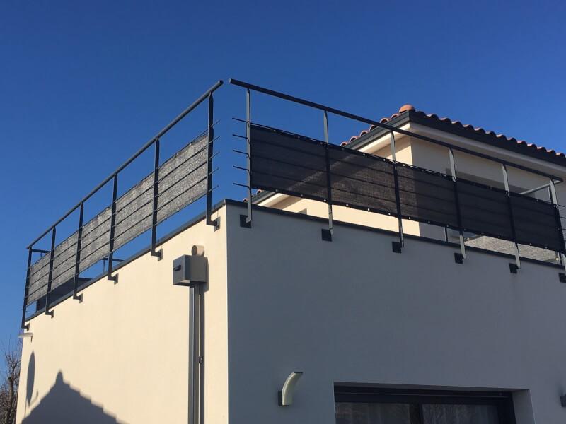 Brise-vue couleur gris anthracite posé sur un balcon