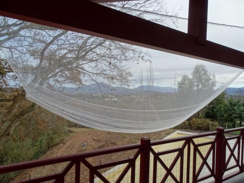 Protection d'une piscine de la chute des glands et feuilles de chêne avec un filet