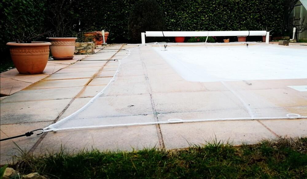 Installation filet anti-feuilles sur piscine avec sandow