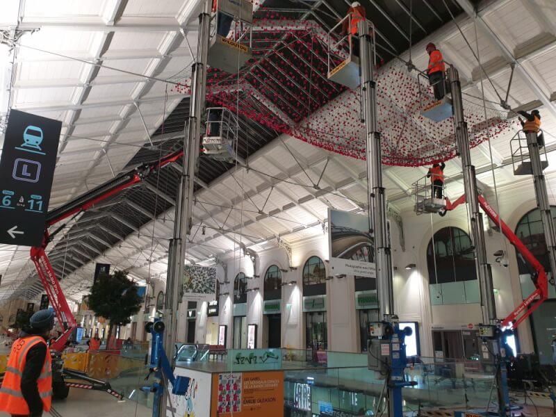 Installation plafond fleuri centre commercial