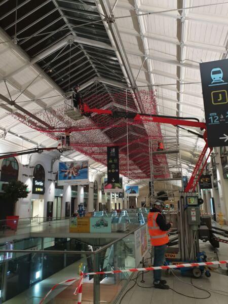 Installation filet avec fleurs pour plafond centre commercial