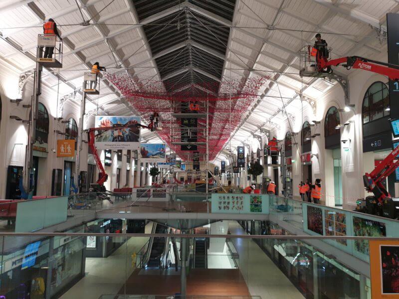 Décoration centre commercial avec un filet pare-ballons