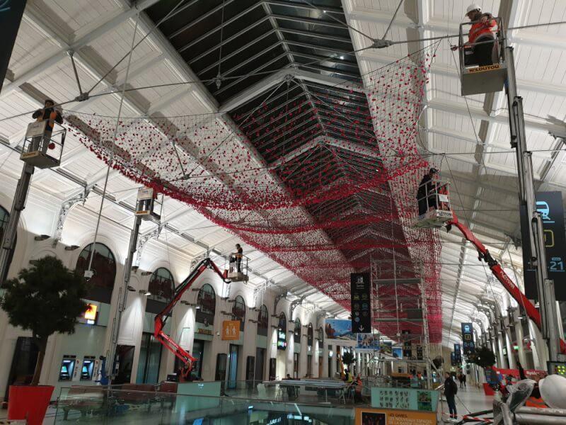 Filet pare-bllons utilisé pour décoration fleuri centre commercial
