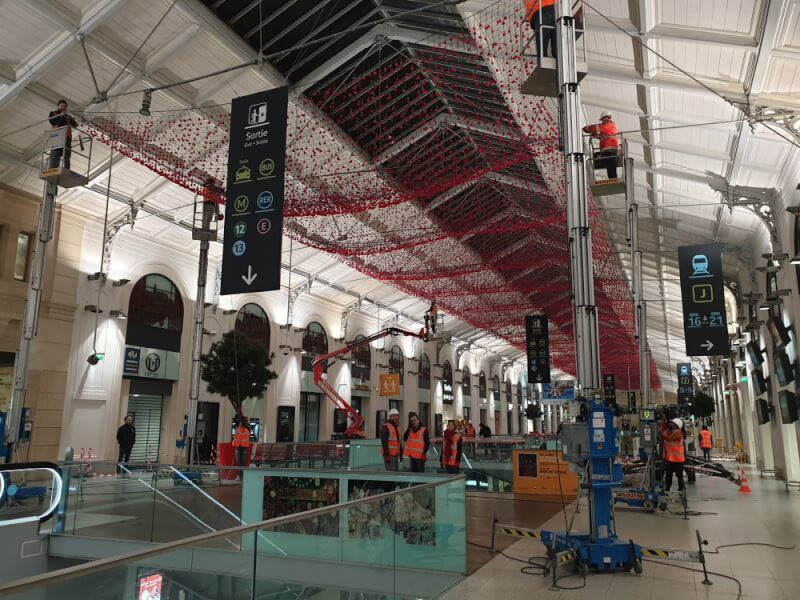 Création plafond fleurs avec un filet pare-ballons