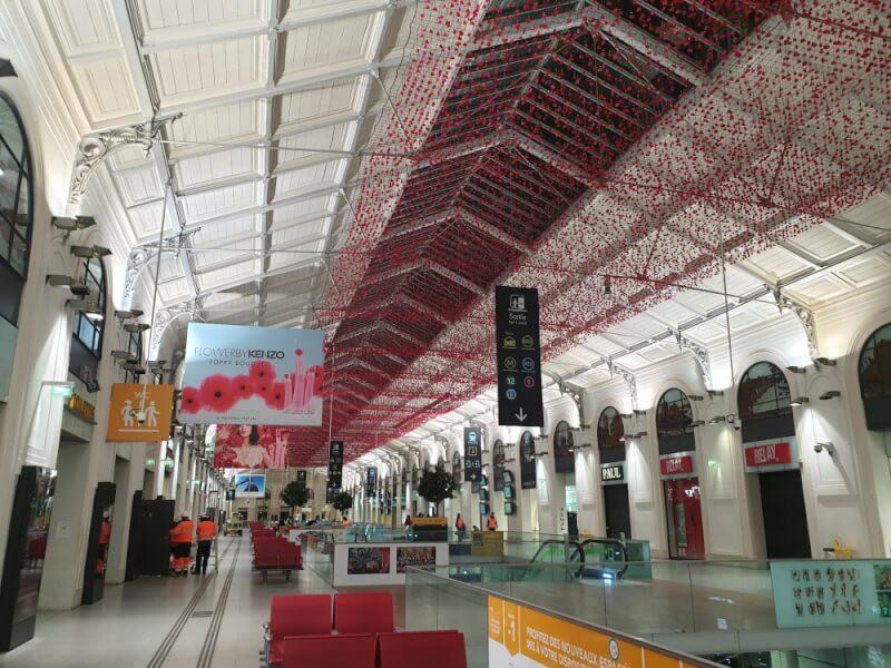 Décoration plafond centre commercial avec un filet