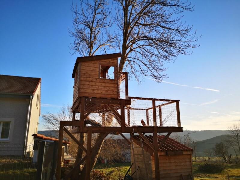 Sécuriser une cabane enfants avec des filets garde-corps