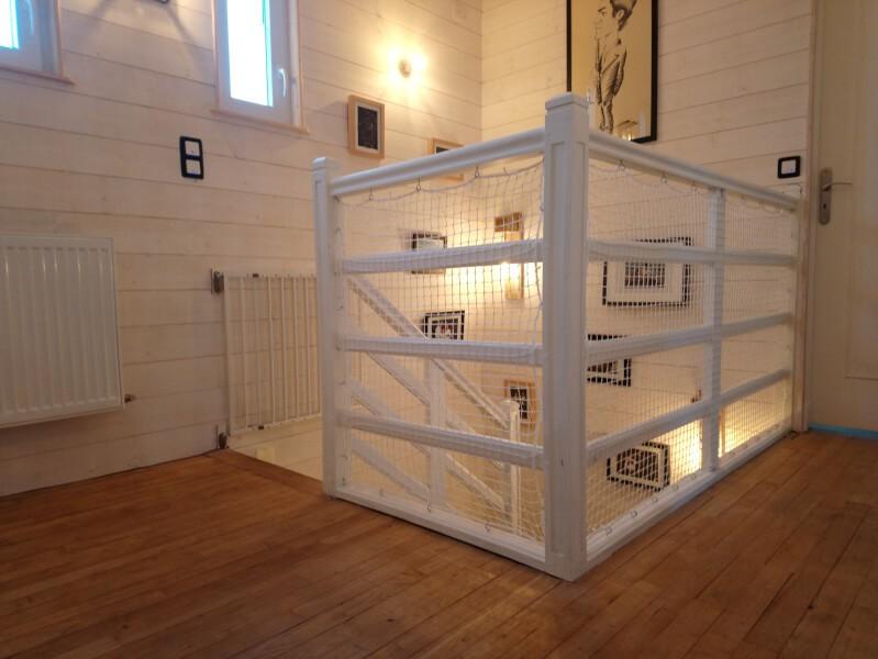 Sécurisation balustrade escalier blanc avec un filet de protection enfants