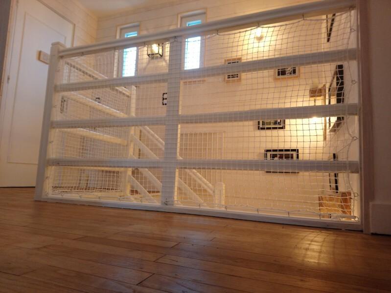 Sécuriser une balustrade d'escalier avec un filet de protection enfants