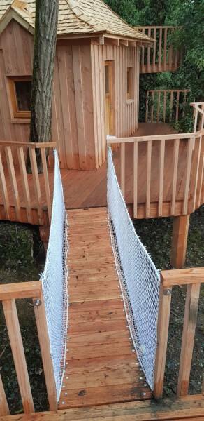 Filets protection enfants posés sur un pont suspendu reliant deux plateformes